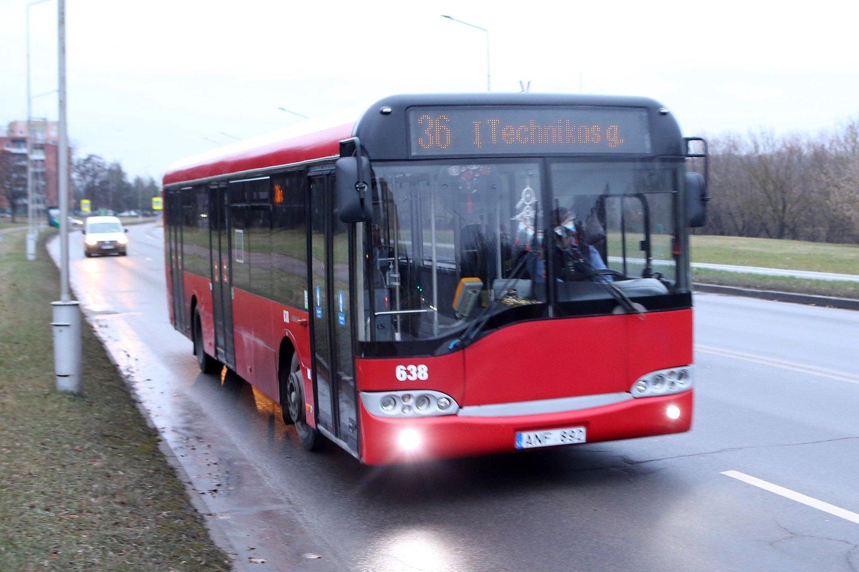 Aplinkos ministerija už sunaikintus taršius automobilius skatins rinktis ilgalaikį viešojo transporto bilietą arba naudotis dalijimosi paslaugomis.<br>M.Patašiaus nuotr.