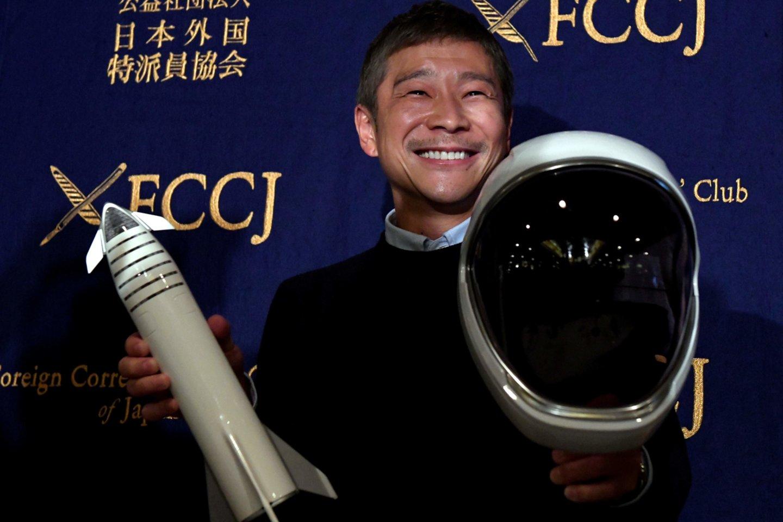 Vienas japonų verslininkas milijardierius trečiadienį pasiūlė aštuoniems žmonėms iš viso pasaulio kartu su juo skirsti į kosmosą, per jo rezervuotą privačią kelionę.<br>AFP / Scanpix nuotr.