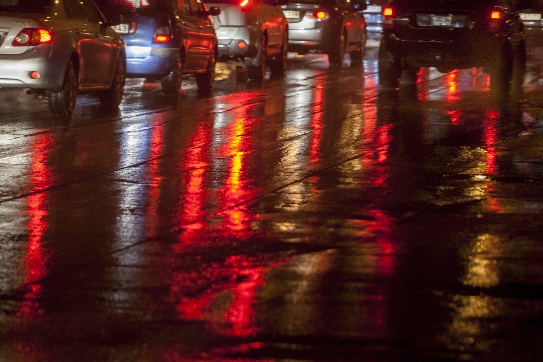 Ketvirtadienio naktį Lietuvoje eismo sąlygas sunkins plikledis, lijundra, kai kur susidarys rūkas.<br>D.Umbraso nuotr.