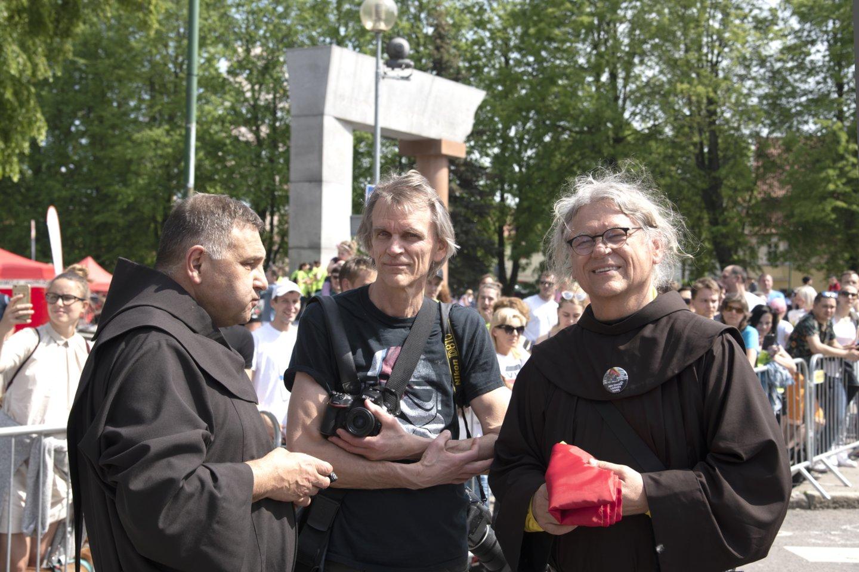 Edis Jurčys Klaipėdoje su broliais pranciškonais Astijumi (dešinėje) ir Benediktu (kairėje).<br>A.Stanevičiaus nuotr.