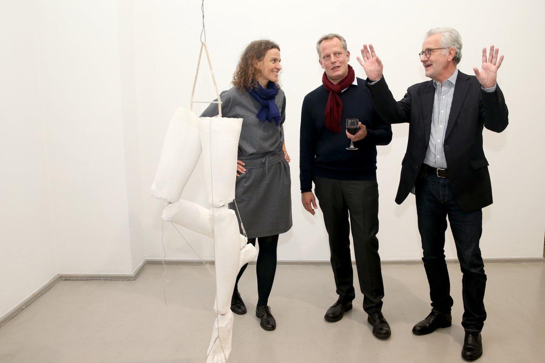 """Laura Rutkutė """"Vartų"""" galerijoje su kuratoriais iš Berlyno Danieliu Marzona (centre) ir Julianu Heinenu.<br>R.Danisevičiaus nuotr."""
