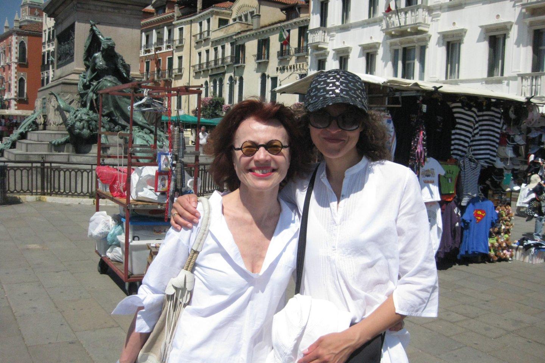 Laura Rutkutė kolekcininke Danute Mallart rengiant Lietuvos Paviljoną Venecijos bienalėje 2009 metais.<br>Asmeninio archyvo nuotr.