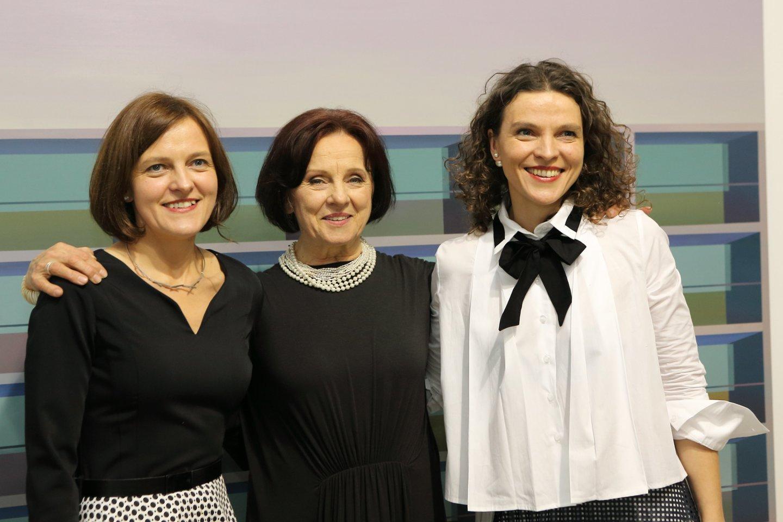 """Galerininkės Nida Rutkienė (centre) ir jos dukros Laura (dešinėje) bei Agnė pastaruoju metu kartu vadovauja galerijai """"Vartai"""".<br>G.Janavičiaus nuotr."""