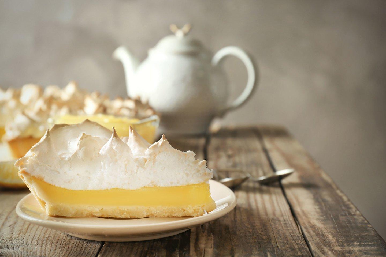 Citrininis sutirštinto pieno pyragas su baltymų kepure.<br>123rf nuotr.