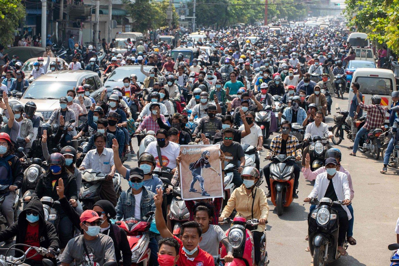 Mianmare po kruviniausios dienos po perversmo protestuotojai vėl išėjo į gatves.<br>Reuters/Scanpix nuotr.