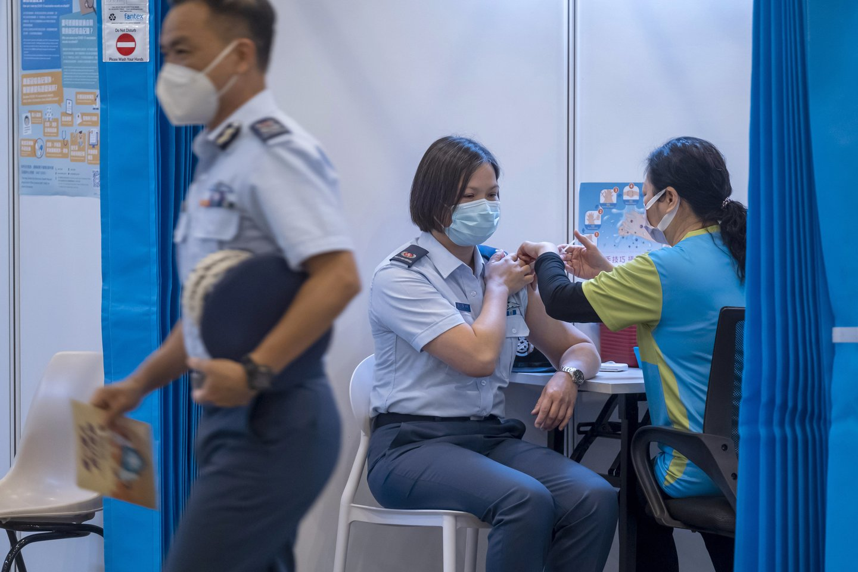 Jungtinės Karalystės ir dar keturių šalių priežiūros institucijos planuoja skubos tvarka tvirtinti modifikuotas vakcinas nuo COVID-19.<br>AP/Scanpix nuotr.