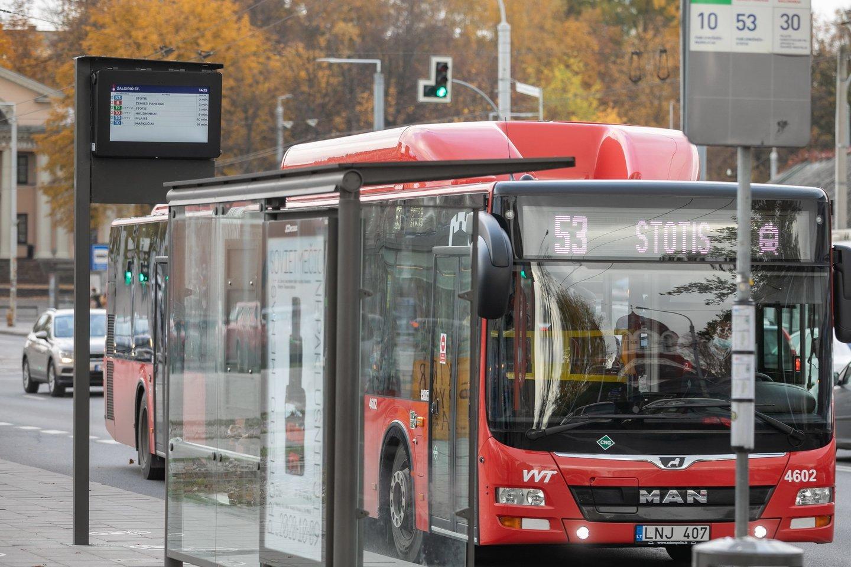 Kol nebuvo nei koronaviruso, nei karantino, tikriausiai dauguma viešojo transporto keleivių prisimena kokiomis sąlygomis tekdavo vykti iš darbo namo.<br>www.madeinvilnius.lt nuotr.