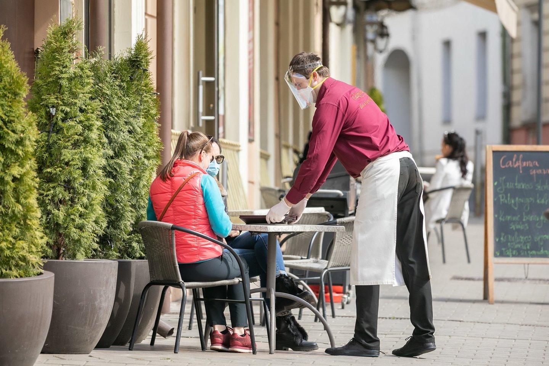Savivaldybė primena – prašymus dėl lauko kavinių plotų prie jų patalpų verslininkai gali teikti nuolat.<br>S.Žiūros nuotr.