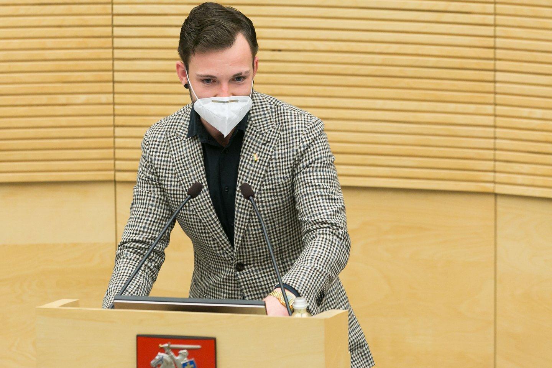 A. Tapinas atnešė Seimo pirmininkei daugiau nei 400 tūkst. parašų dėl T. V. Raskevičiaus.<br>T.Bauro nuotr.