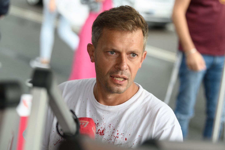 A. Tapinas atnešė Seimo pirmininkei daugiau nei 400 tūkst. parašų dėl T. V. Raskevičiaus.<br>V.Skaraičio nuotr.