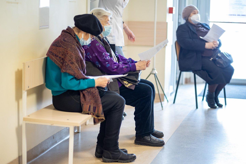 Vokietijos vakcinų komisija pateikė rekomendaciją, kad žmonės nuo 65 metų gali būti skiepijami vakcina nuo koronaviruso.<br>S.Žiūros asociatyvinė nuotr.