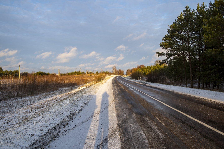 Ketvirtadienio pavakarę Lietuvoje pagrindinių valstybinės reikšmės kelių dangos daugiausia sausos, vietomis yra drėgnų kelių ruožų.<br>V.Ščiavinsko nuotr.
