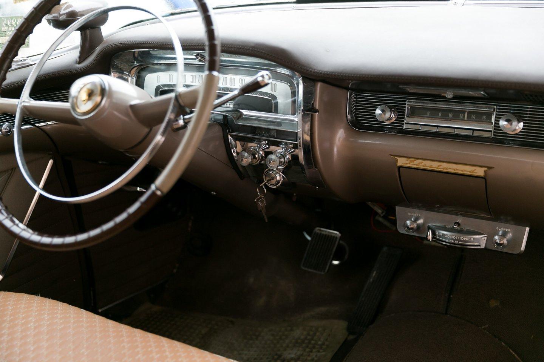 Važiuojant amerikietišku retro automobiliu tau niekada niekas nepavydi, sako S.Stavickis-Stano.<br>T.Bauro nuotr.