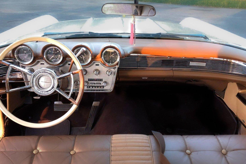 Važiuojant amerikietišku retro automobiliu tau niekada niekas nepavydi, sako S.Stavickis-Stano.<br>Asmeninio archyvo nuotr.