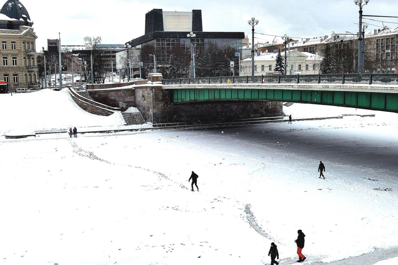 Šią žiemą neatrodė panašu, kad baltarusiai būtų į Nerį išleidę šiltą aušinimo vandenį, – upė buvo sukaustyta ledo.<br>R.Danisevičiaus nuotr.
