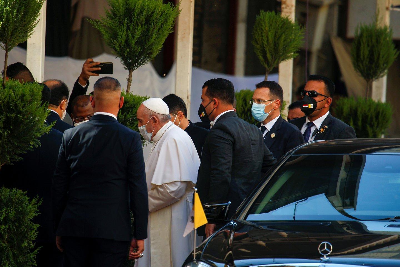 Irake viešintis popiežius Pranciškus šeštadienį pradėjo istorinį susitikimą su vienu įtakingiausių pasaulio šiitų dvasininkų – didžiuoju ajatola Ali Sistani.<br>REUTERS/Scanpix nuotr.