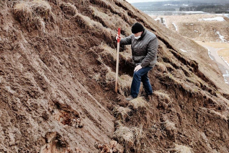Nuošliauža susiformavo piliakalnio šlaito vietoje, kuri anksčiau nebuvo tvirtintaar kitaip tvarkyta.<br>Kernavės archeologinės vietovės muziejaus nuotr.