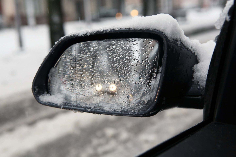 Keliuose dirba kelių priežiūros mechanizmai, tačiau vairuotojų prašoma neskubėti ir laikytis saugaus atstumo.<br>M.Patašiaus nuotr.