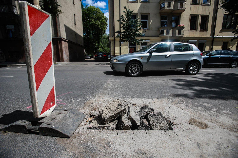 Duobės keliuose kelia itin daug žalos automobiliams ir kovo mėnuo yra tas laikas, kai savo dėmesį vairuotojai turėtų koncentruoti būtent į jas.<br>G.Bitvinsko nuotr.