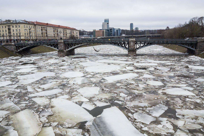 Šią žiemą neatrodė panašu, kad baltarusiai būtų į Nerį išleidę šiltą aušinimo vandenį, – upė buvo sukaustyta ledo.<br>V.Skaraičio nuotr.