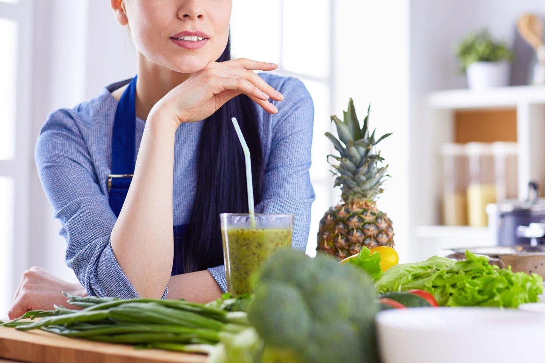 Populiari klaida, kurią įvardina gydytoja dietologė – organizmo detoksikavimas įvairiais sulčių kokteiliais, citrinų gėrimais ir tariamai valančiais mišiniais.<br>123rf nuotr.