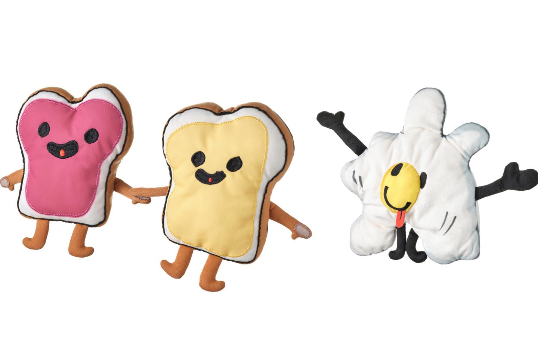 """Žaislas draugai-sumuštiniai nupieštas Audrey iš Kanados, o minkštas žaislas """"Keptas kiaušinis"""" yra Sofijos iš Lenkijos.<br>IKEA nuotr."""