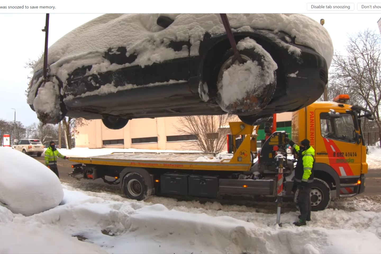 Vilniaus miesto savivaldybė ragina neeksploatuojamų (nenaudojamų), be priežiūros paliktų transporto priemonių savininkus jomis pasirūpinti.<br>Stop kadras