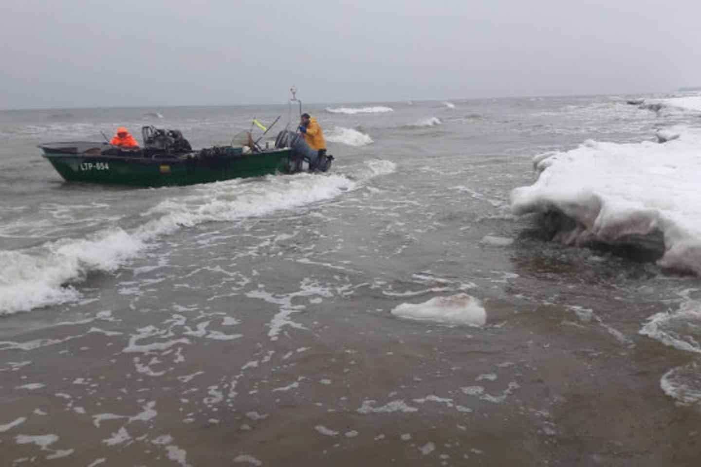 Žvejai verslininkai Baltijos jūros priekrantėje. Pavydit tokio darbo?<br>E. Paplauskio nuotr.