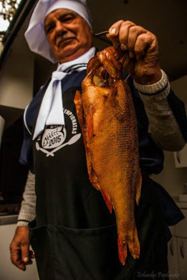Buvęs žvejys Drevernoje prekiauja paties rūkytais ešeriais. Jų išteklių būklė yra gera.<br>E. Paplauskio nuotr.