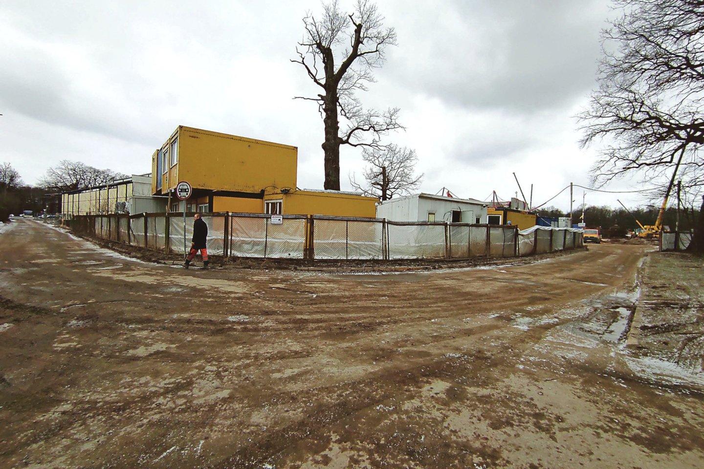 Iš statybų aikštelės išriedėjusi sunkiasvorė technika moliu ir žemėmis užteršė Ąžuolyno gatvę.<br>M.Patašiaus nuotr.