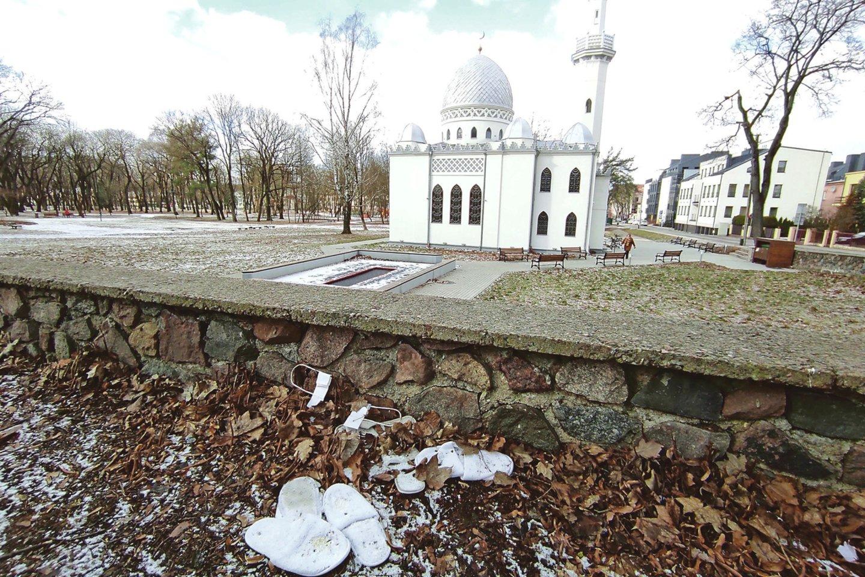 Prie buvusio Ramybės parko boluoja krūva baltų šlepečių.<br>M.Patašiaus nuotr.