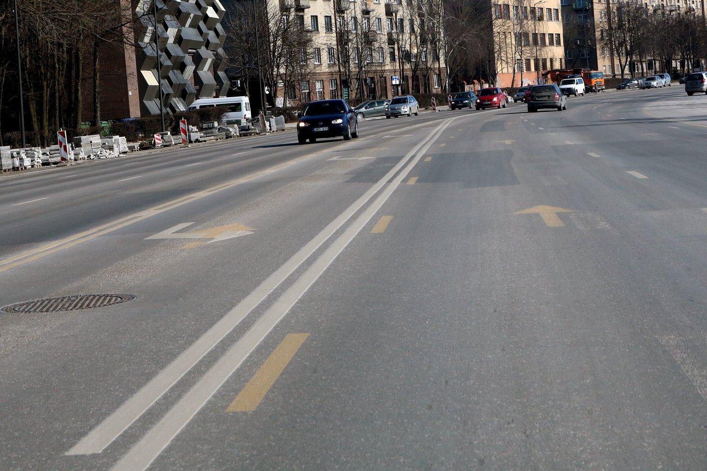 Vairuotojams kyla nemažai abejonių, kuriuo ženklinimu reikėtų vadovautis iš Birštono gatvės sukant į judrų Karaliaus Mindaugo prospektą.<br>M.Patašiaus nuotr.