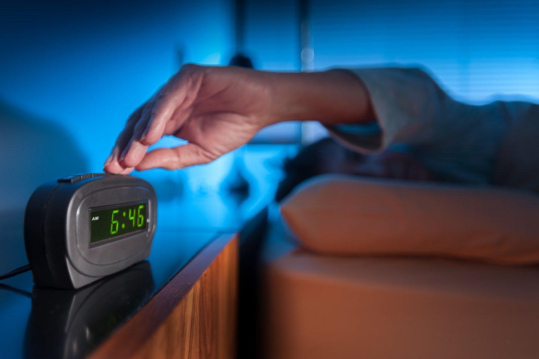 Valandą iki miego skirkite nusiraminimui: prigesinkite šviesas, nesinaudokite telefonu ar kompiuteriu, pagarinkite eterinių aliejų, darykite tempimo ar kvėpavimo pratimus, skaitykite, medituokite.<br>123rf.com asociatyvi nuotr.