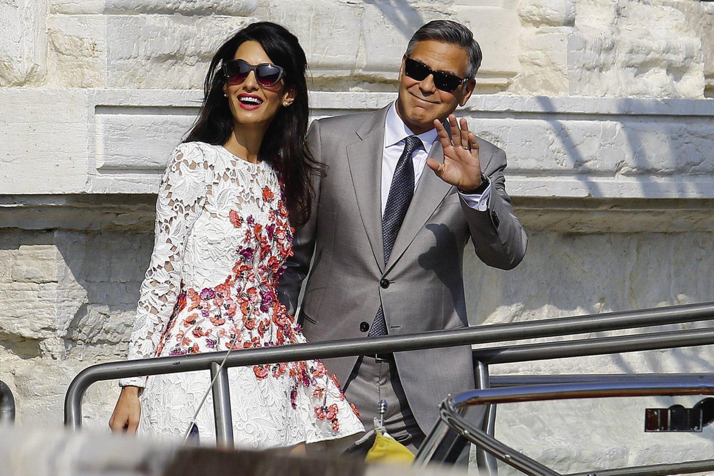 Geidžiamiausio vienišiaus vardą turėjęs aktorius G.Clooney ir jo žmona A.Alamuddin.<br>Scanpix nuotr.