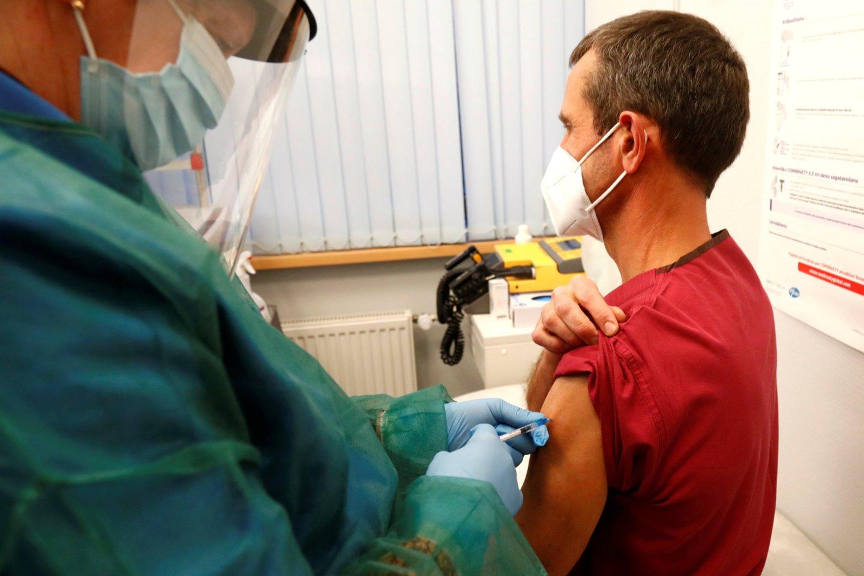 """Latvija nurodė, kad sprendimas stabdyti """"AstraZeneca"""" vakcinos naudojimą – prevencinė priemonė.<br>Reuters/Scanpix nuotr."""