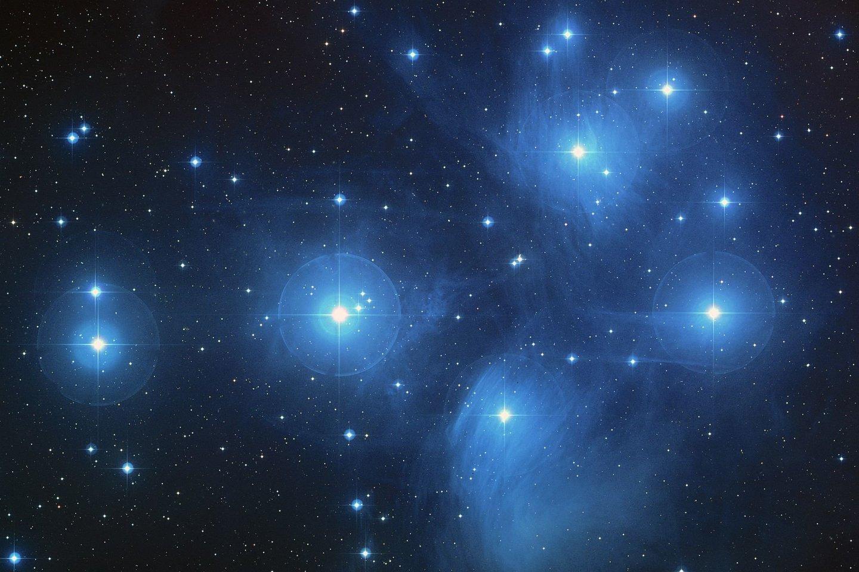 Pasakojimas sutinkamas daugybės tautų mitologijoje. Senovės graikai (iš kur ir kilęs Plejadžių pavadinimas) pasakojo apie septynias Plejonės dukteris, kurios bėgo nuo gašlaus medžiotojo Oriono.<br>NASA/ESA/AURA/Caltech nuotr.