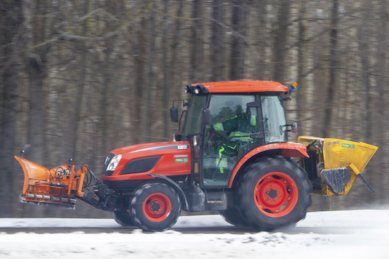 Sutarę bendradarbiauti ir gavę paramos smulkieji ūkininkai apsirūpino nauja žemės ūkio technika.<br>V.Ščiavinsko nuotr.