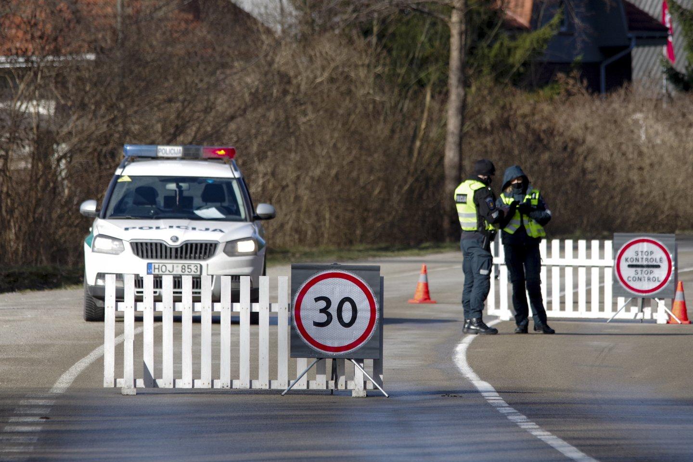 Apie 1,21 mln. eurų bus skirta 4079 pareigūnams, vykdžiusiems karantino režimo laikymosi kontrolę.<br>V.Ščiavinsko nuotr.