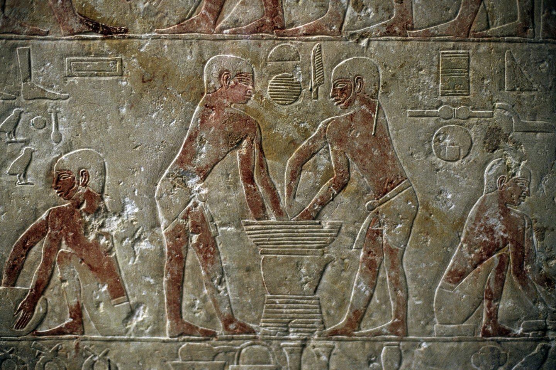 Senovės Egipto aludariai verda alų.2325 pr.m.e bareljefas.<br>AKG / Scanpix nuotr.