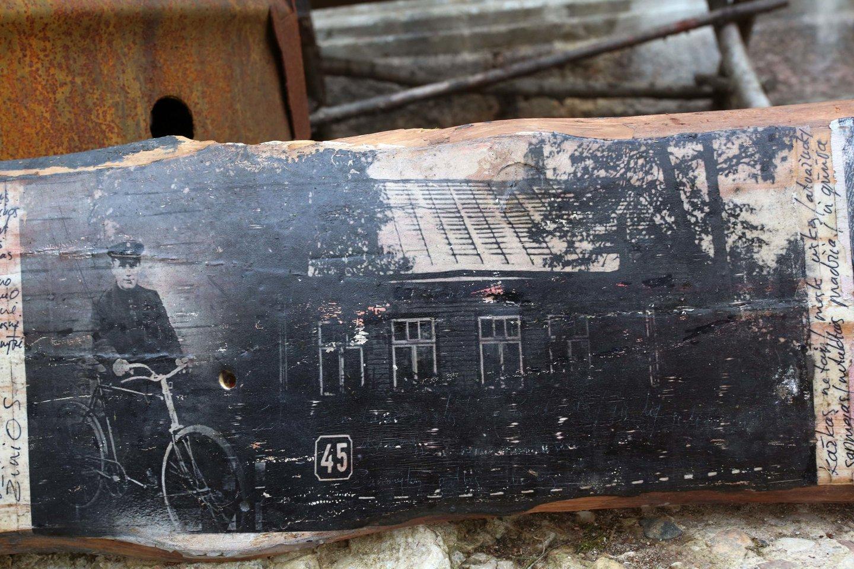 Menininkas G.Velykis jau ne vienus metus renka senų sudegusių medinių Žaliakalnio namų lentas ir ant jų specialia technika kuria meno kūrinius.<br>M.Patašiaus nuotr.