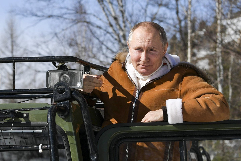 Atostogaudamas Sibire kartu su Rusijos gynybos ministru Sergejumi Šoigu, šalies prezidentas Vladimiras Putinas po tankų mišką vairavo visureigį ir perėjo siūbuojantį virvinį tiltą.<br>AP/Scanpix nuotr.