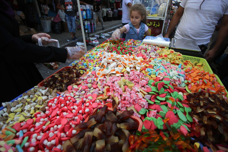 Anksčiau žmonės galėjo gyventi neparagavę daugybės pasaldintų produktų, kuriuos dabar randame parduotuvėse. Šiandien kompanijos lenktyniauja, kaip pagaminti mažiau kalorijų turintį cukrų.<br>SIPA/Scabpix nuotr.