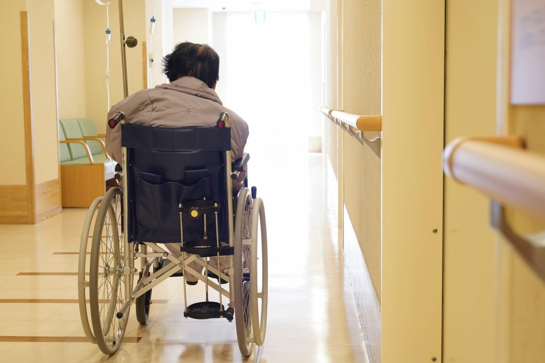 Skaitytoja nepateisina mamos pasirinkimo močiutę prižiūrėti ne patiems, o išvežti į senelių namus.<br>123rf.com asociatyvioji nuotr.