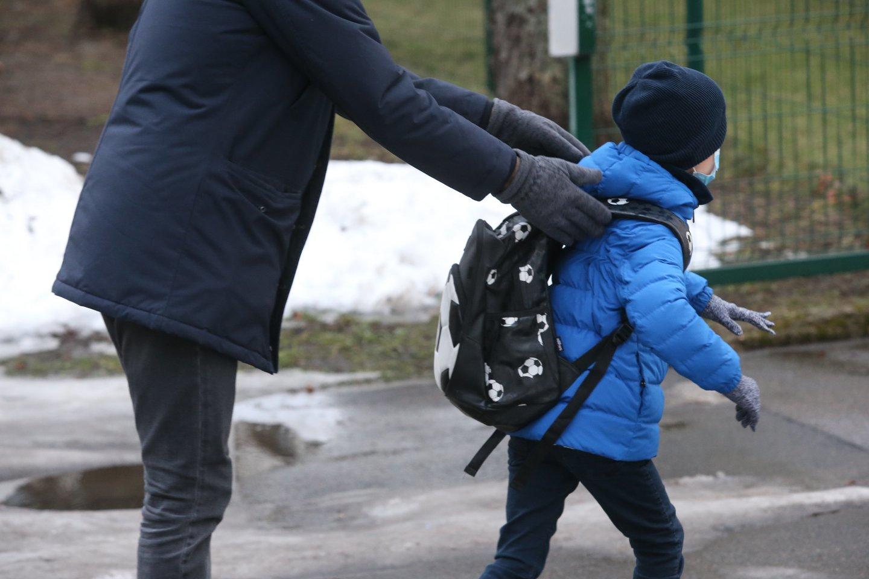 Grįžimas į mokyklą dabar kiek kitoks nei įprasta rugsėjo pirmoji: tėvai negalės mažųjų palydėti į klases, reikės atlikti testą.<br>R.Danisevičiaus nuotr.