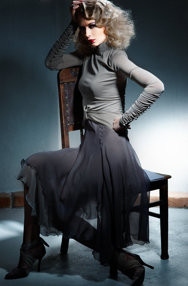 2005-aisiais, ruošdama diplominį darbą su šešių modelių kolekcija, Asta buvo visiškai pasinėrusi į fatališkos moters įvaizdžio temą.<br>P.Gasiūno nuotr.