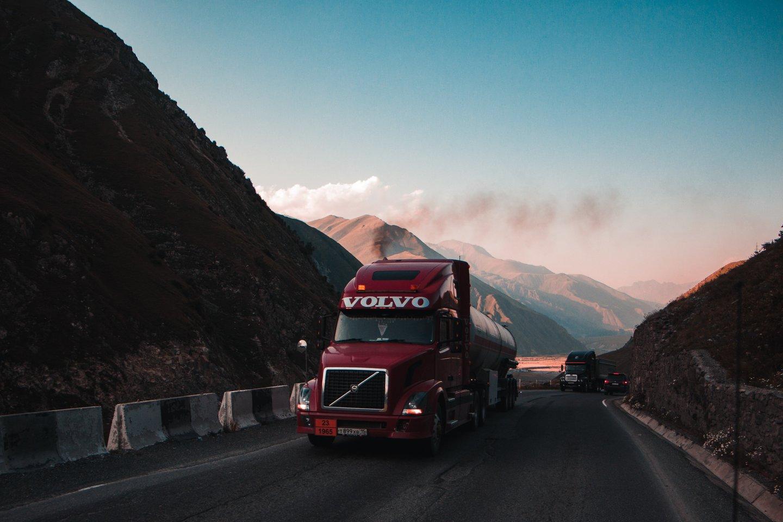 """Švedijos automobilių gamintojas """"Volvo"""" paskelbė laikinai stabdanti sunkvežimių gamybą dėl pasaulinio puslaidininkių trūkumo.<br>www.unsplash.com nuotr."""