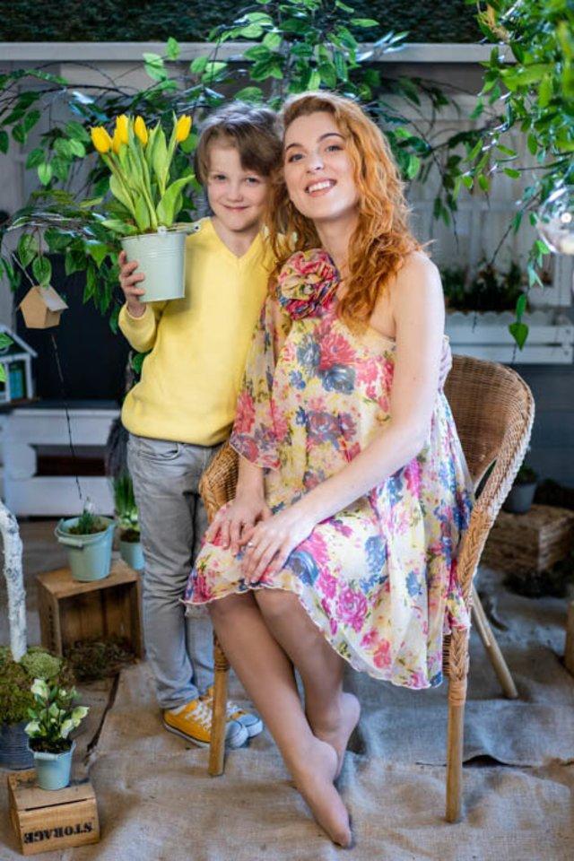 """Aušra Difartė su sūnumi Oskaru.<br>""""Kai važiuoja stogas"""" nuotr."""