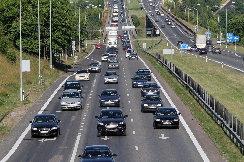 Pagal priimtą įstatymą, šio tikslo būtų siekiama nuosekliai didinant transporto sektoriaus energijos šaltinių įvairovę, nustatant įpareigojimus degalų tiekėjams dėl degalų iš atsinaujinančių energijos išteklių tiekimo.<br>M.Patašiaus nuotr.