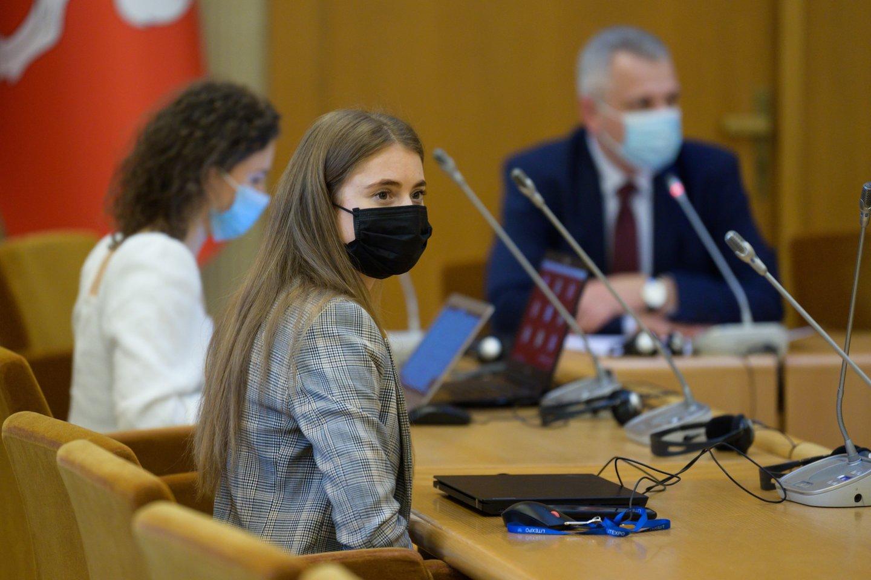 """Darbo frakcijos narė Ieva Kačinskaitė-Urbonienė Seimo narių skiepijimą prilygino skęstančiam """"Titanikui"""" – anot jos, žemą pasitikėjimą turinčios institucijos narių skiepijimas pasitikėjimo vakcina nesuteiks, tačiau gali turėti priešingą efektą, kuomet dalis prioritetinėse grupėse esančių žmonių net nesulaukė kvietimo.<br>V.Skaraičio nuotr."""