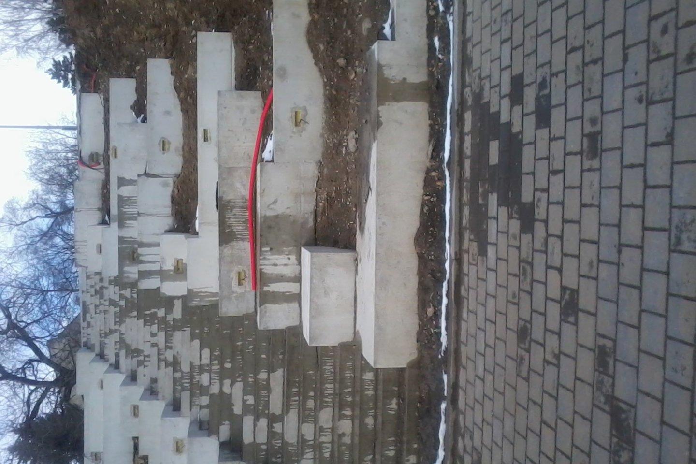 Krantinėje nebaigti rekonstrukcijos darbai, todėl kai kur likusios vandens pilnos duobės, mėtosi senos trinkelės, vienas kitas užtvaras.<br>L.Valonytės nuotr.